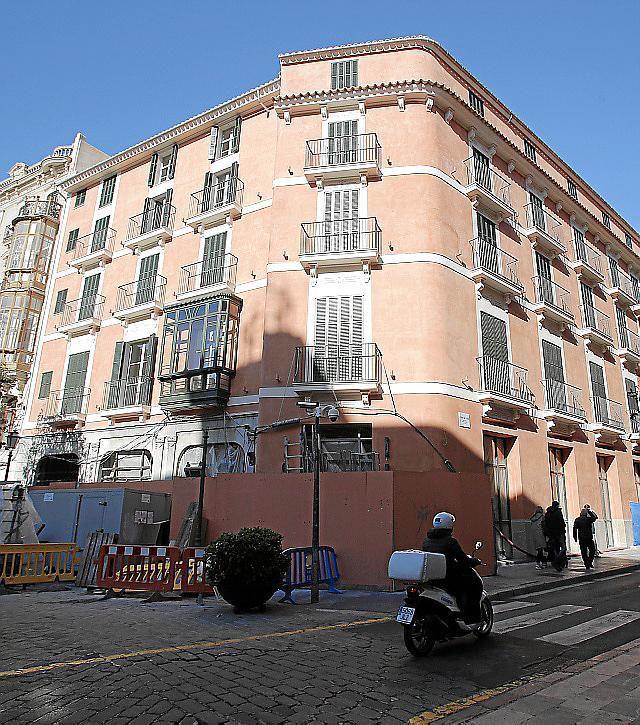 Die bewahrte und restaurierte Außenfassade des Cappuccino-Hotels am Rathausplatz. Es soll zu Ostern 2018 öffnen.