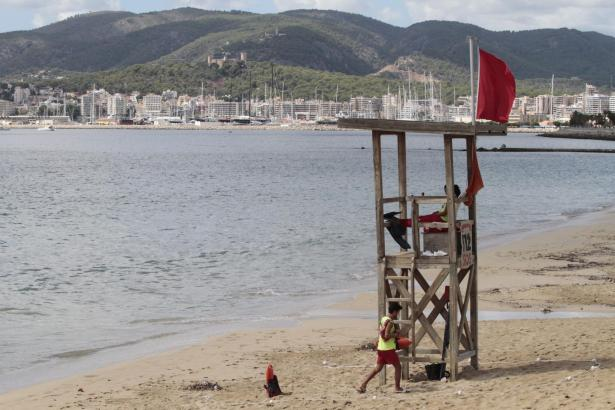 Unter anderem an Palmas Stadtstrand wehte am Sonntag die rote Flagge.
