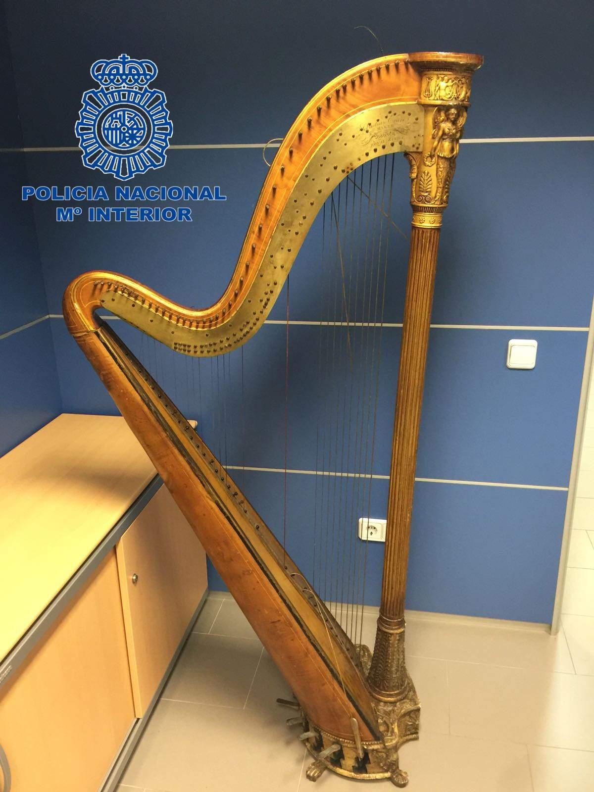 Klassische Stehlen frau stiehlt in palma wertvolle harfe